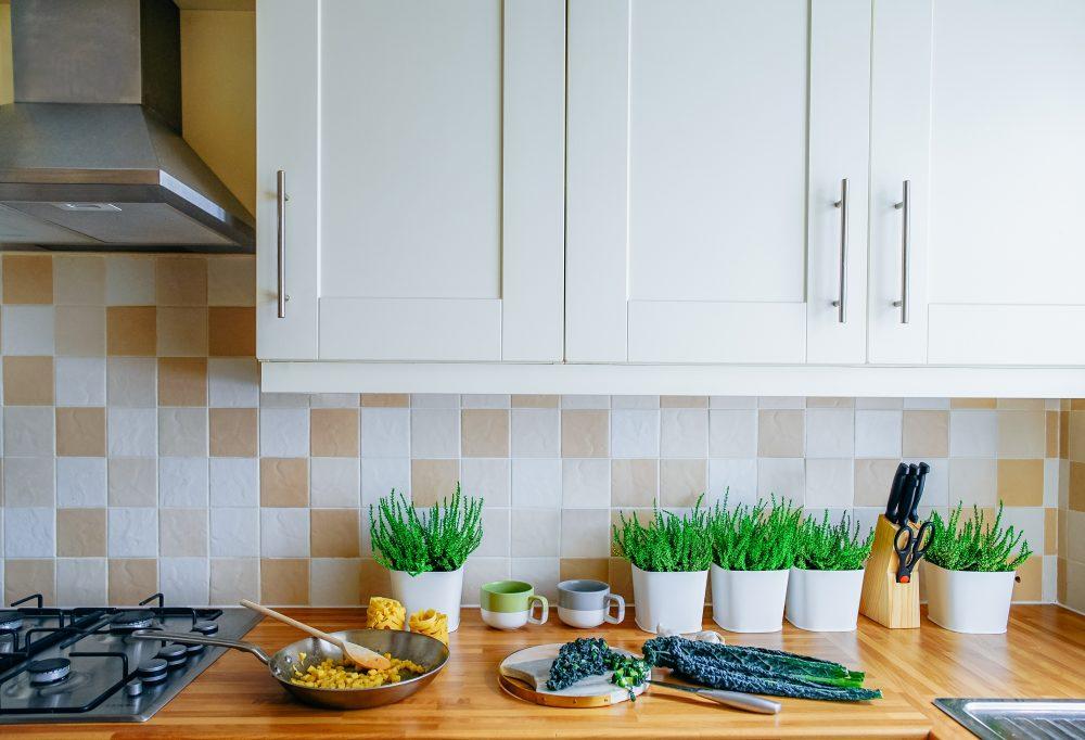 kuchnia białe fronty z okapem i płytą