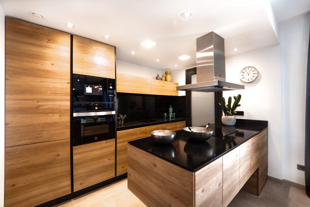 kuchnia z frontami w stylu drewna
